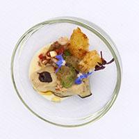 Ostra a la parrilla con jugo espumoso de cebolla de Figueres, minestrone de chipirón y verduras de temporada